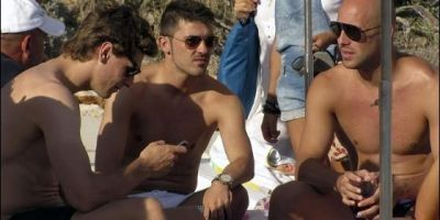 Fernando con David ولا y Pepe Reina en la playa
