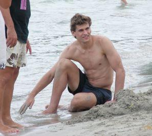 Fernando en la playa (mirar a su vientre)