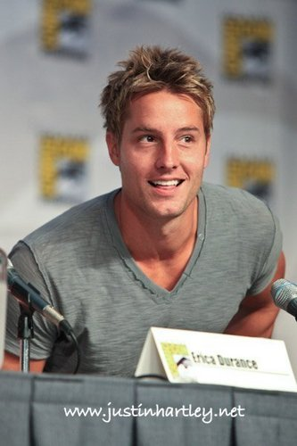 Justin Hartley Hintergrund called Justin At Comic Con 2010