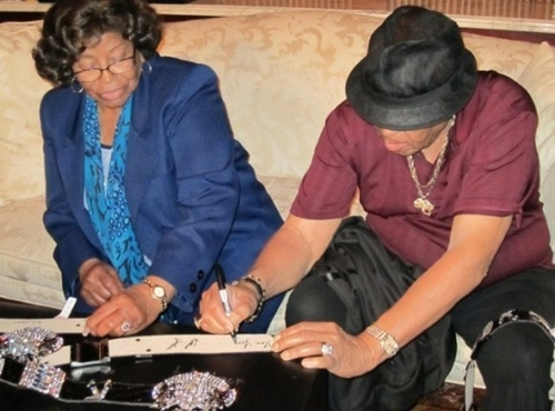 Kathrine + Joe signing the ремень, пояс, пояса for charity
