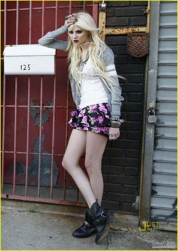 "Taylor Momsen پیپر وال entitled Taylor ""Material Girl"" shoot"
