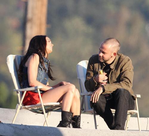 Dom and megan raposa beijar on set!