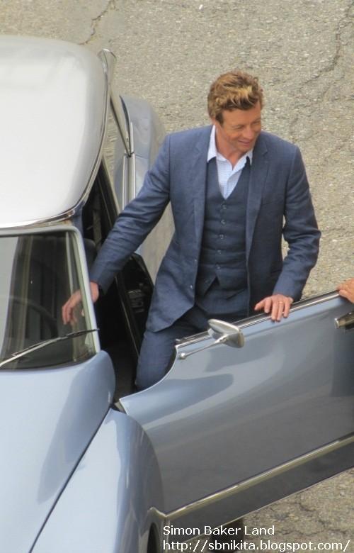 Simon Baker on set filming season 3 of The Mentalist