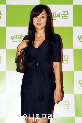 YUNJIN KIM VIP premiere of the movie Barefoot Dream (May 27, 2010)