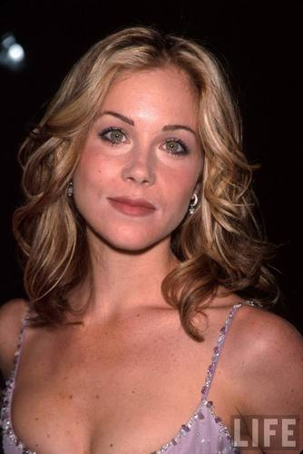 Actress Christina Applegate Wearing a Lavender vestido in 2000 (2)