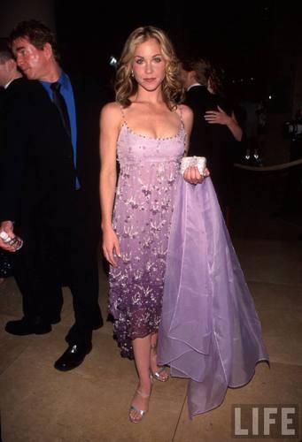 Actress Christina Applegate Wearing a Lavender japon, jurk in 2000 (1)