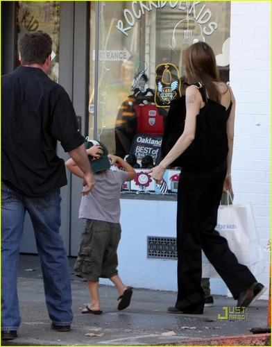 Angelina & Kids out in Oakland