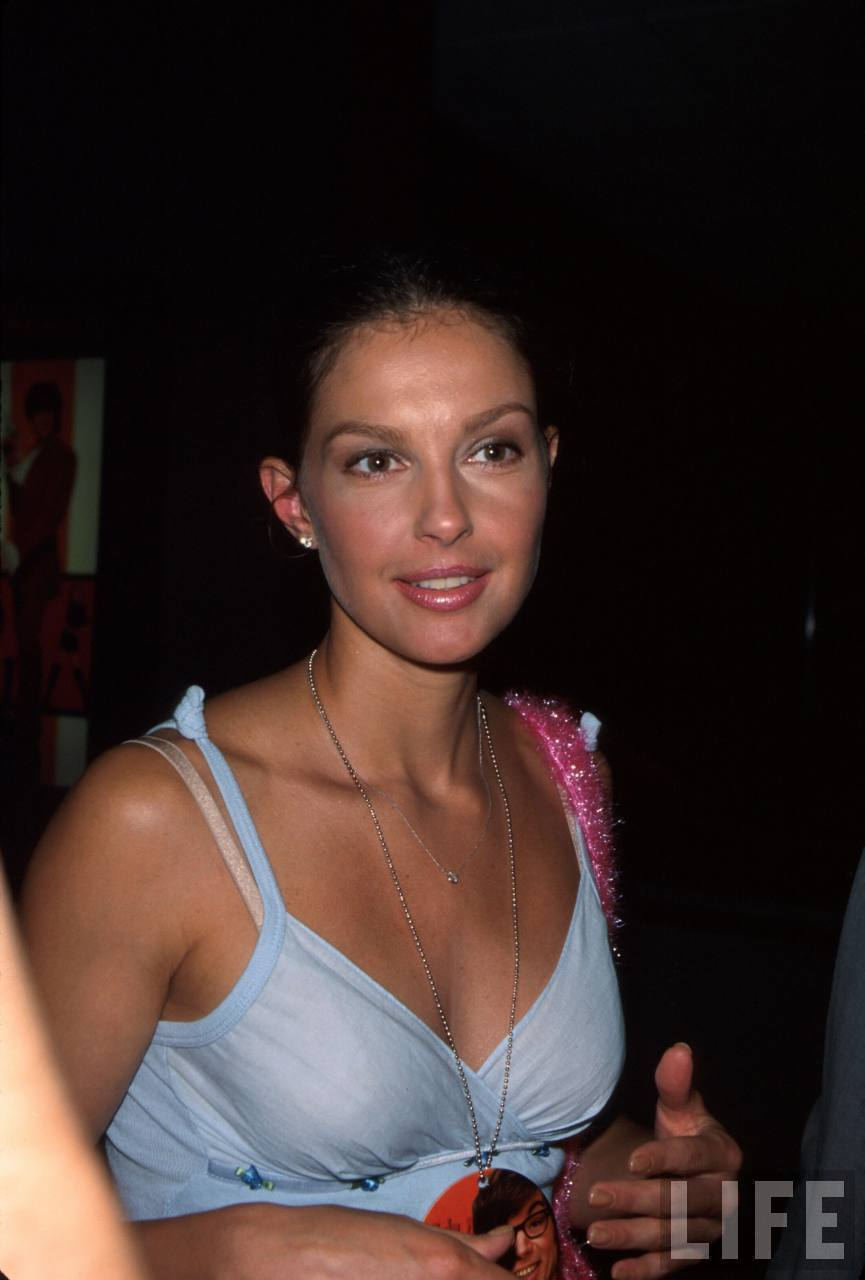 """Ashley Judd at the Film Premiere of """"Austin Powers: The Spy Who Shagged Me"""""""