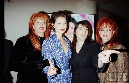 Ashley, Wynonna, and Naomi Judd in August 1998 (1)