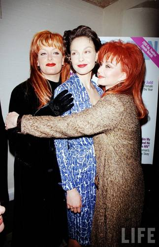 Ashley, Wynonna, and Naomi Judd in August 1998 (5)