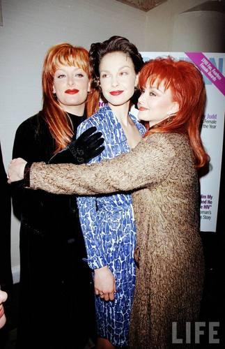 Ashley, Wynonna, and Naomi Judd in August 1998 (5)