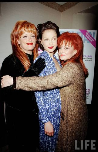Ashley, Wynonna, and Naomi Judd in August 1998 (6)