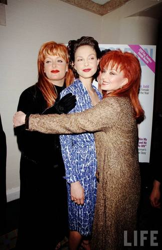 Ashley, Wynonna, and Naomi Judd in August 1998 (7)