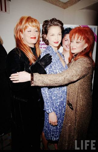Ashley, Wynonna, and Naomi Judd in August 1998 (8)