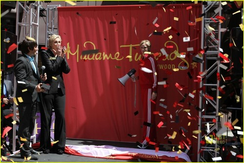 Jane Lynch: Sue Sylvester Gets Waxed!