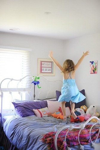 Renesmee jumping on her giường