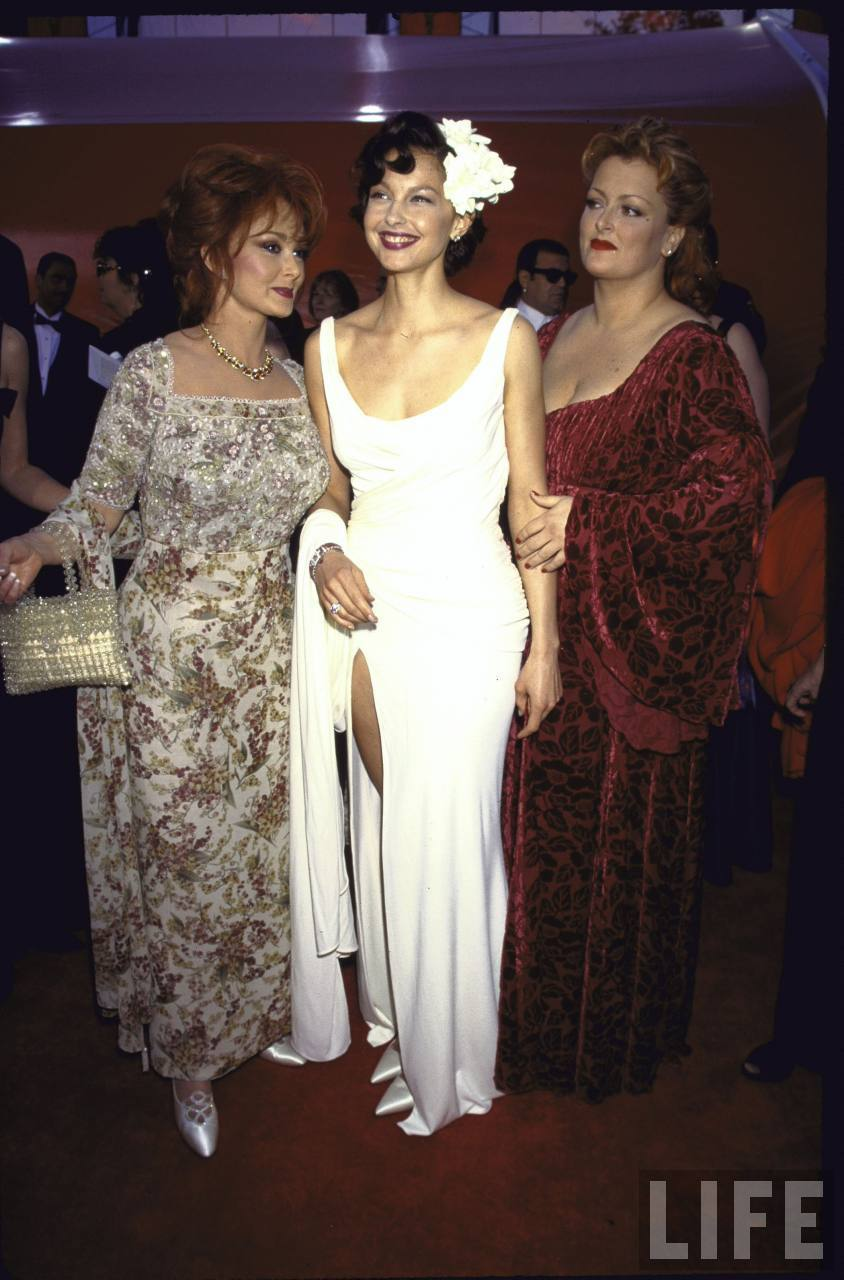 Wynnona, Ashley, and Naomi Judd at the Academy Awards in 1998 (2)