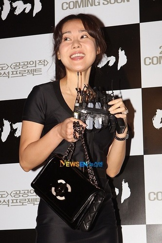 Yunjin Kim- at another Korean movie premiere btw, this time the film in câu hỏi is Moss
