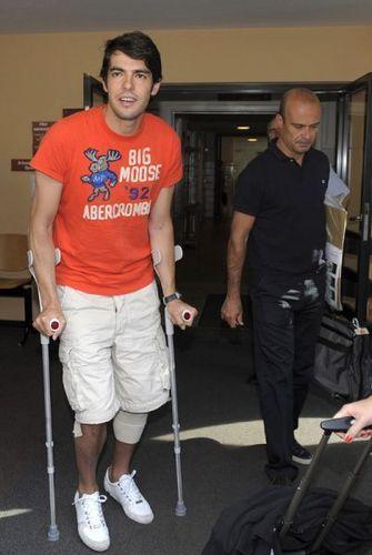 Kaka arrives in Madrid on crutches.