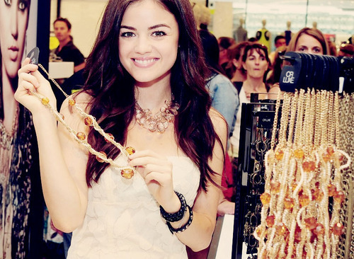Lucy Hale 壁纸 called Lucy