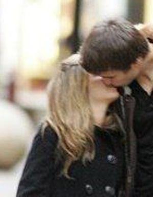 Shakira kisses Pique