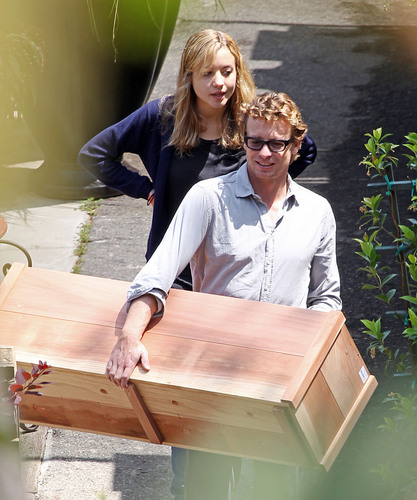 Simon Baker wallpaper titled Simon Baker Helps 'Women in Trouble' July 30, 2010
