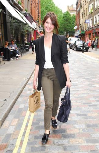 Gemma Arterton shopping in Convent Garden in 런던 (August 7)