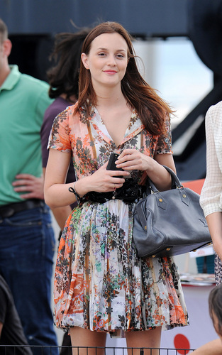 Gossip Girl - Season 4 - Set photos of Leighton Meester and Clemence Posey