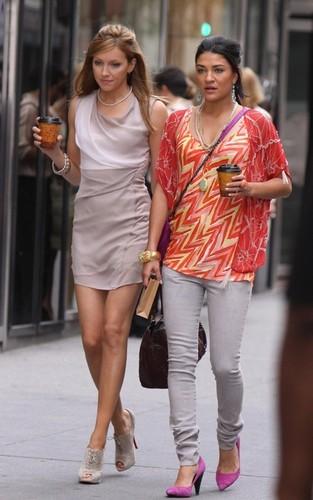 """Jessica & Katie on """"Gossip Girl"""" set"""