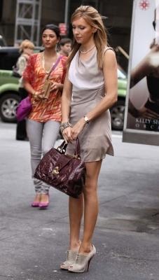 Katie on set Gossip Girl