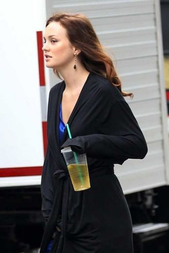 Lovely Leighton Meester on set 8.11.10