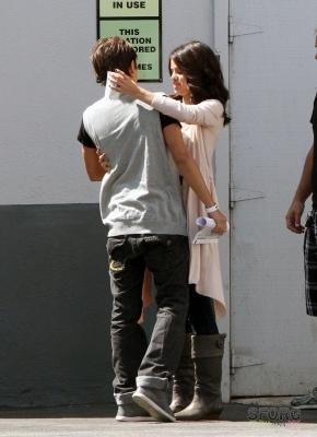 Selena arriving @ डिज़्नी Lot