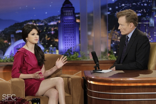 Selena On The Tonight tampil With Conan O'Brien <3