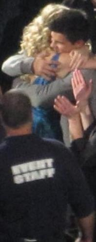 T.Lautner at T. Swift Concert in Chicago last night (awwww ; the hug!!!)