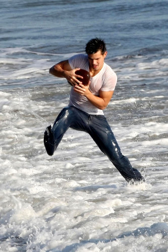 Taylor Lautner´s Flippin´ Hot Foto Shoot