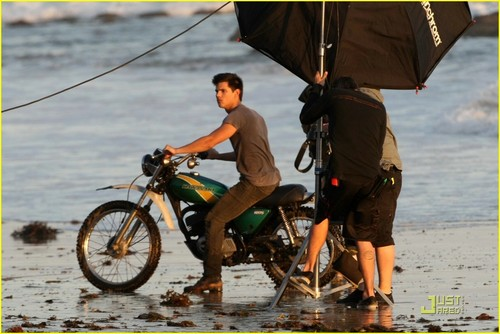 Taylor Lautner´s Flippin´ Hot चित्र Shoot