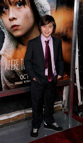 Where The Wild Things Are پیپر وال containing a business suit, a suit, and a three piece suit titled 'Where The Wild Things Are' Premiere in New York on October 13, 2009: Max Records
