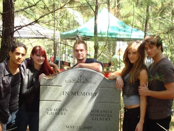 http://images2.fanpop.com/image/photos/8600000/Cast-Photo-the-vampire-diaries-tv-show-8614605-600-450.jpg