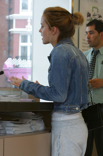 Emma Watson: At Waitrose in Finchley with স্থূলবুদ্ধি বাচাল ব্যক্তি Barrymore [07.15.09] (HQ)