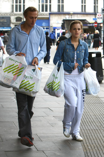 Emma Watson: At Waitrose in Finchley with chim giẻ cùi, jay Barrymore [07.15.09]