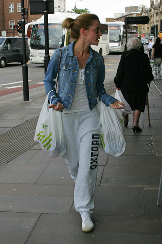 Emma Watson: At Waitrose in Finchley with arrendajo, jay Barrymore [07.15.09]