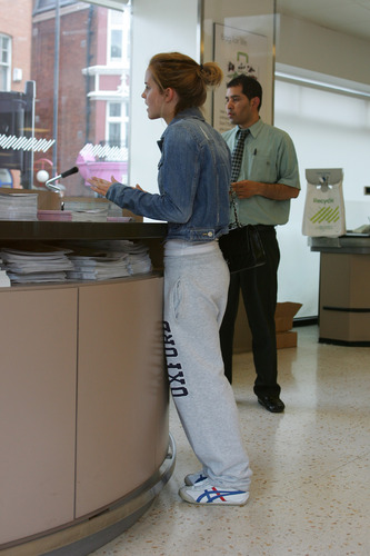 Emma Watson: At Waitrose in Finchley with eichelhäher, jay Barrymore [07.15.09]