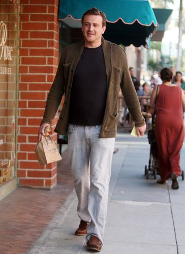 Jason Segel پیپر وال containing a سٹریٹ, گلی and a parasol called Jason - Out for a walk