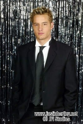 Justin Hartley Hintergrund with a business suit and a suit called Justin Hartley