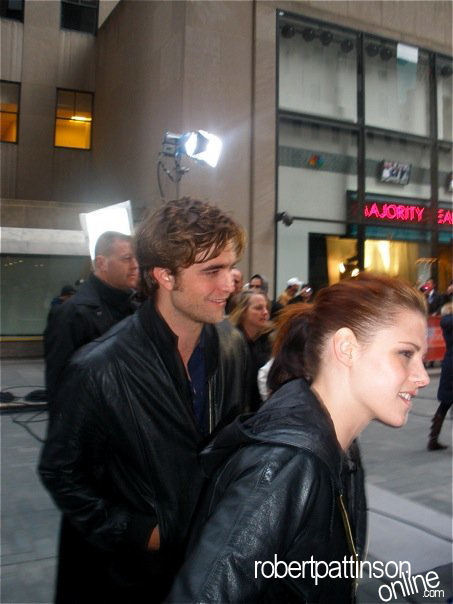 New /Old Pics of Robert Pattinson & Kristen Stewart at the Today montrer