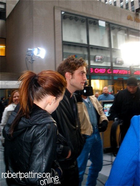 New /Old Pics of Robert Pattinson & Kristen Stewart at the Today दिखाना
