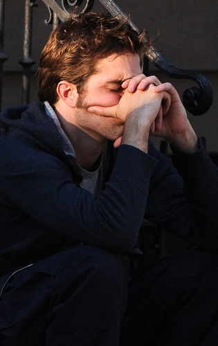 Robert Pattinson on Remember Me set*