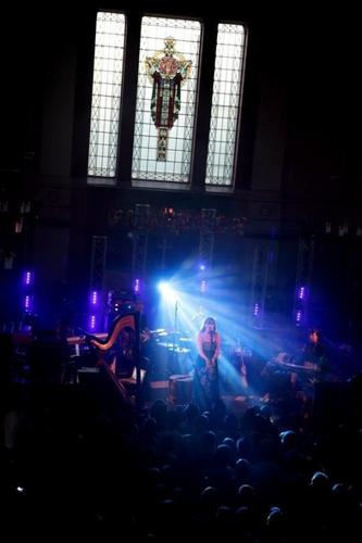 Florence + The Machine Hintergrund probably with a konzert and a stained glass window called live Fotos