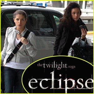 Christian Serratos & Anna Kendrick: Peep The Eclipse 标题 Art