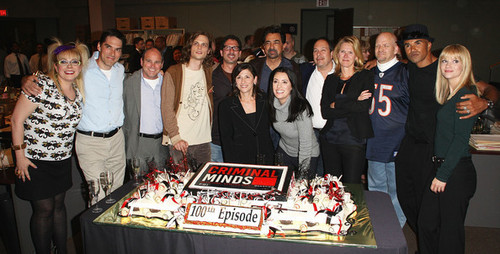 Esprits Criminels fond d'écran containing a business suit titled Criminal Minds- 100th Episode Celebration